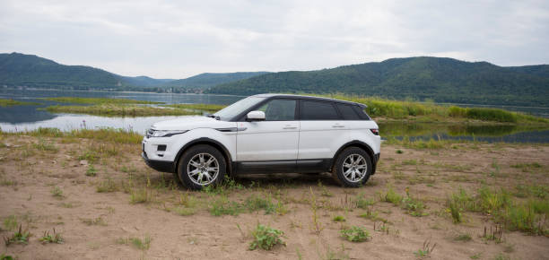Land Rover Range Rover is located on the background of the Volga river and Zhiguli mountains on a cloudy summer day near the city of Samara, Russia. 8 Aug 2019 Land Rover Range Rover is located on the background of the Volga river and Zhiguli mountains on a cloudy summer day near the city of Samara, Russia. 8 Aug 2019. range rover stock pictures, royalty-free photos & images