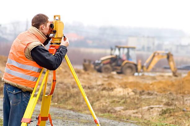 land perito su luogo di costruzione - perito foto e immagini stock