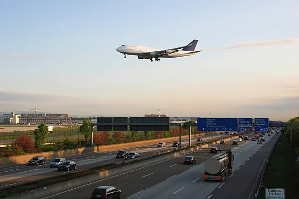 land- und luft-verkehr  am frankfurter flughafen - luchthaven frankfurt am main stockfoto's en -beelden