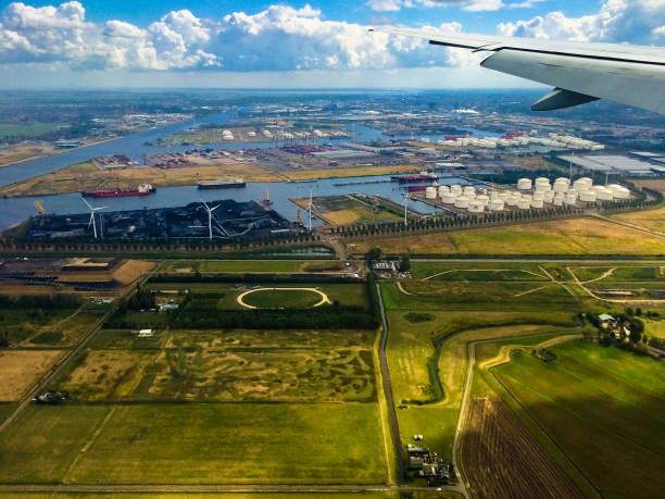 landung am flughafen von amsterdam in niederlande - steuerungstechnik stock-fotos und bilder