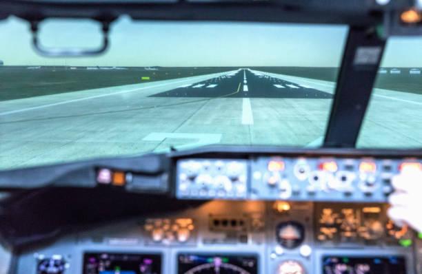 Landeplatz aus dem Cockpit. Ein Blick aus dem Cockpit eines großen Transportflugzeugs auf die Landebahn. – Foto