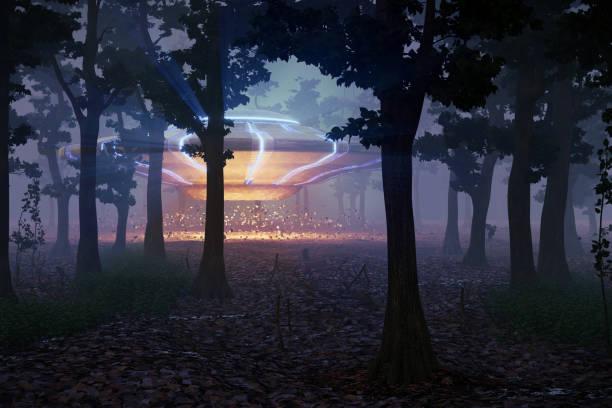ufo en el bosque por la noche, escena de ciencia ficción con nave espacial alienígena (representación del espacio 3d) - conspiración fotografías e imágenes de stock