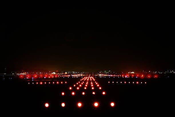landing lights - vliegveld stockfoto's en -beelden