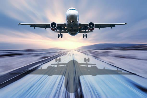 landung der passagier flugzeug. - entfernt stock-fotos und bilder