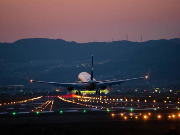 aterrizaje en el aeropuerto internacional de osaka - aterrizar fotografías e imágenes de stock