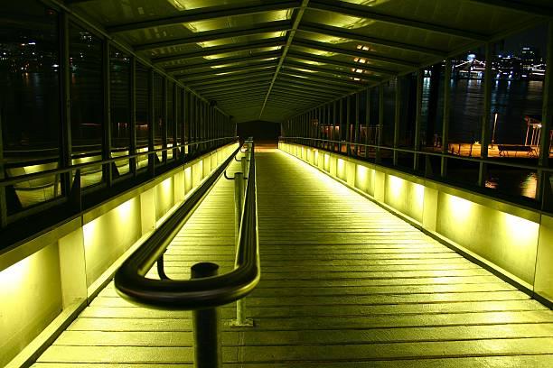 landing bühne beleuchtet - herpens stock-fotos und bilder