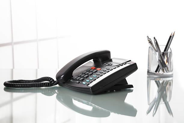 Landliine Schwarz Telefon auf dem Schreibtisch. – Foto