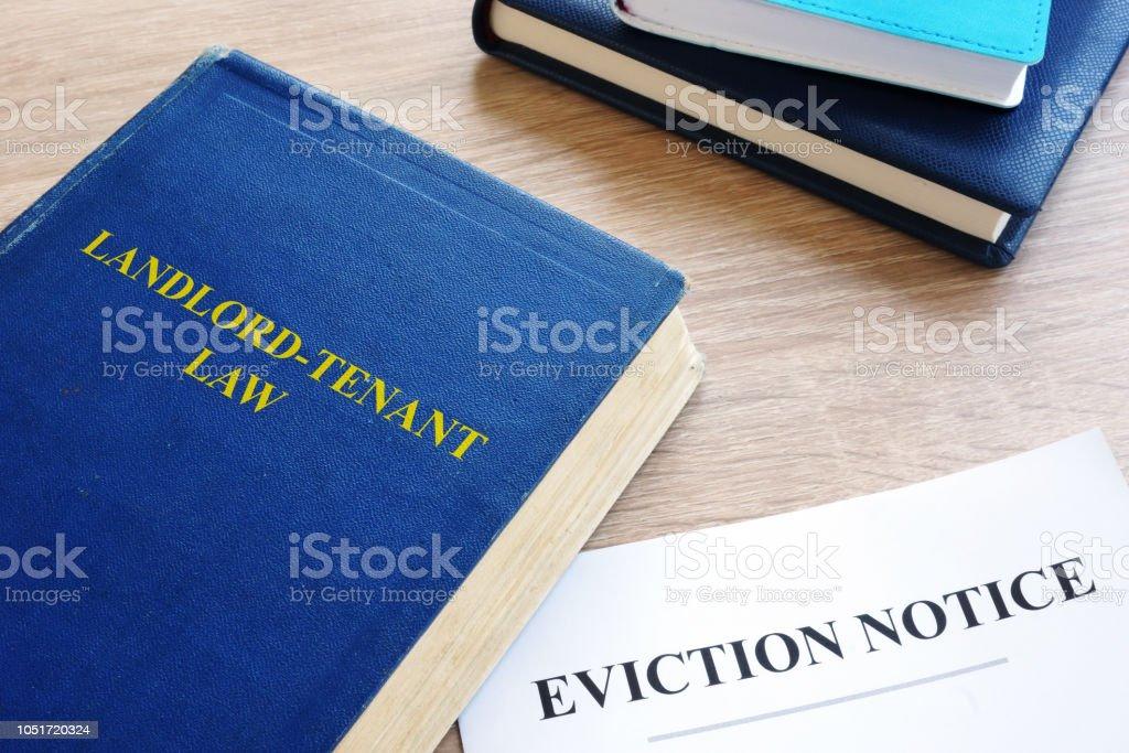 Locateur-locataire droit et expulsion des avis sur un bureau. - Photo