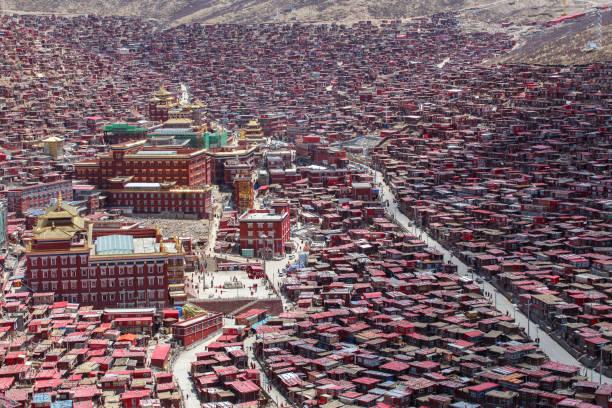 dönüm noktası sichuan, üstten görünüm gece olay yerinde larung gar (budist akademisi) de sichuan, çin - ganzi tibet özerk bölgesi stok fotoğraflar ve resimler