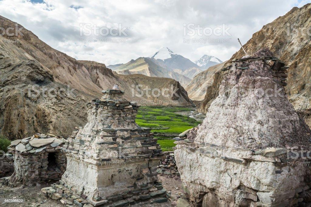 Mijlpaal van witgekalkte stoepa's langs de Markha vallei trek (Ladakh) royalty free stockfoto