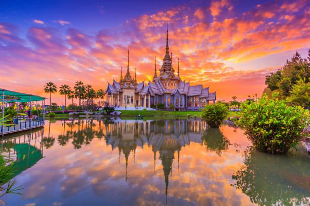 marco wat tailandês, pôr do sol no templo em wat nenhum kum na tailândia de província de nakhon ratchasima - sukhothai - fotografias e filmes do acervo