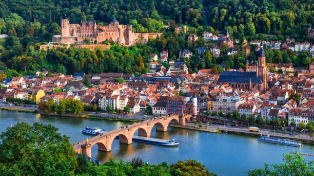 sehenswürdigkeiten und schönsten städte deutschlands - mittelalterliche heidelberg anzeigen mit karl theodor brücke - sommerferien baden württemberg stock-fotos und bilder