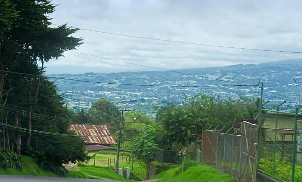 landschaft und gebäude in der nähe von san jose, costa rica - eisenmangel was tun stock-fotos und bilder