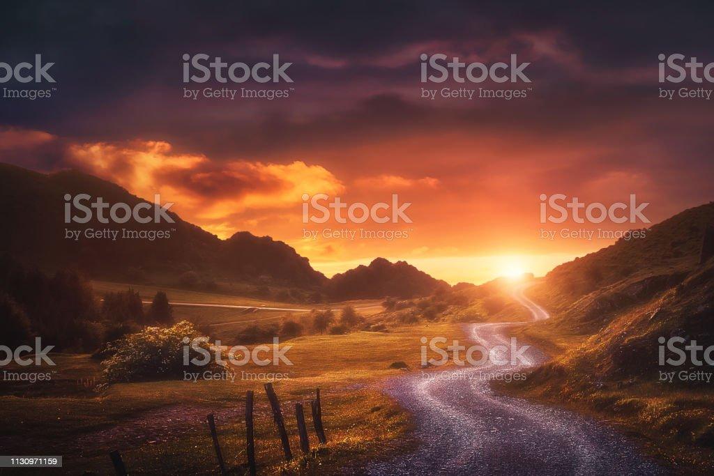 landscape background with path in Urkiola at sunset - Royalty-free Amanhecer Foto de stock