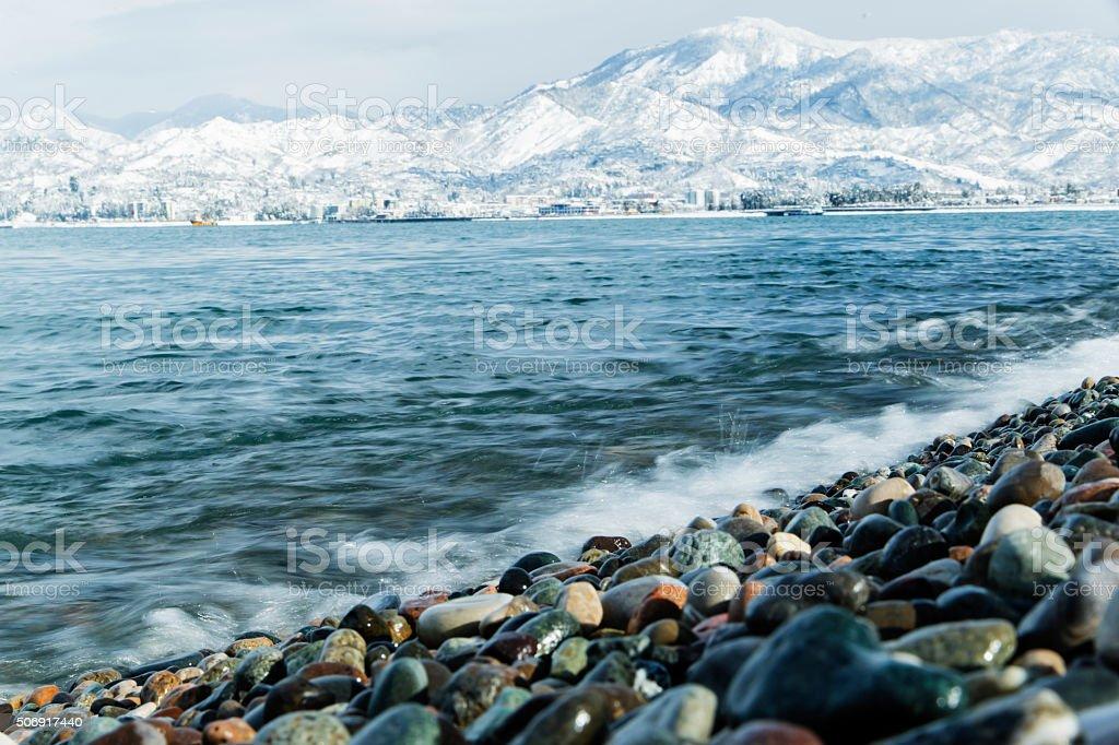 Paesaggio Nero Mare Su Sfondo Di Neve E Le Montagne Della Georgia