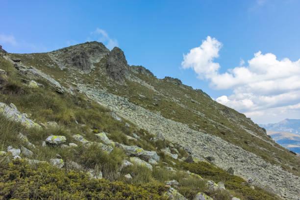 Kupen zirvelerinden Orlovets zirvesine yürüyüş parkurundan Manzara, Rila Dağı, Bulgaristan stok fotoğrafı