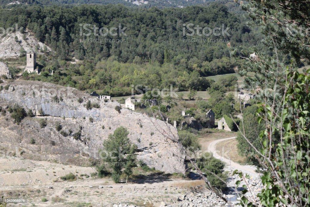 Un paisaje si Janovas, una aldea arruinada en el Pirineo Aragonés abandonado durante los años sesenta debido a la construcción de una presa - foto de stock