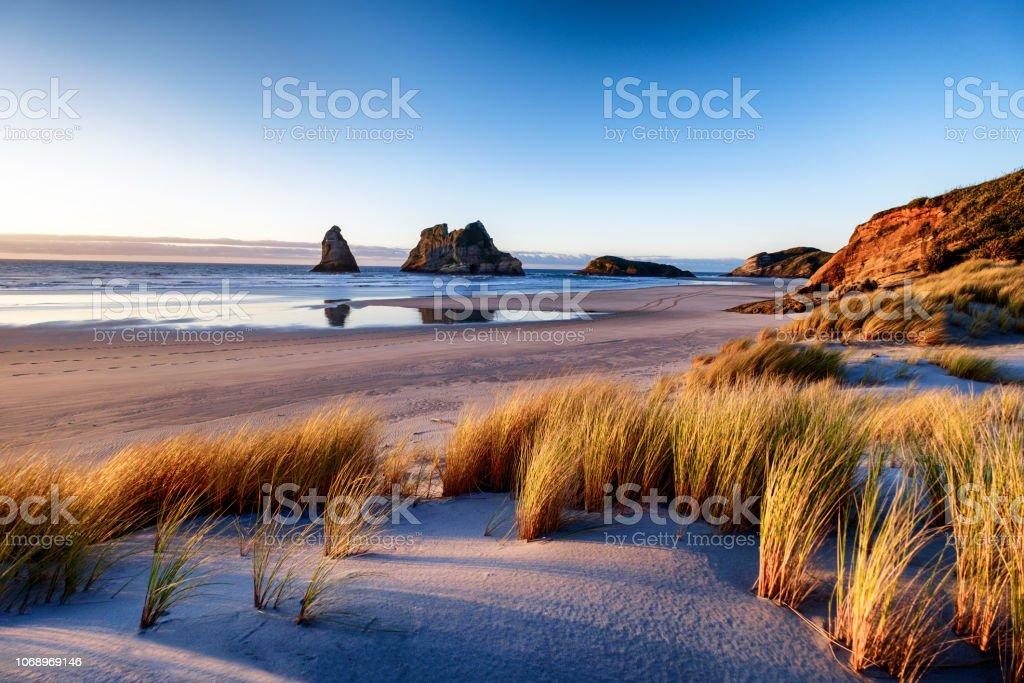 Landschap foto van de zonsondergang op de kustlijn in Nieuw-Zeeland - Royalty-free Achtergrond - Thema Stockfoto