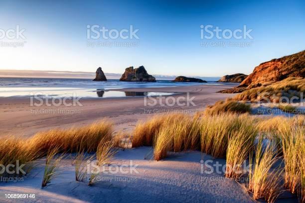 Landschap Foto Van De Zonsondergang Op De Kustlijn In Nieuwzeeland Stockfoto en meer beelden van Achtergrond - Thema