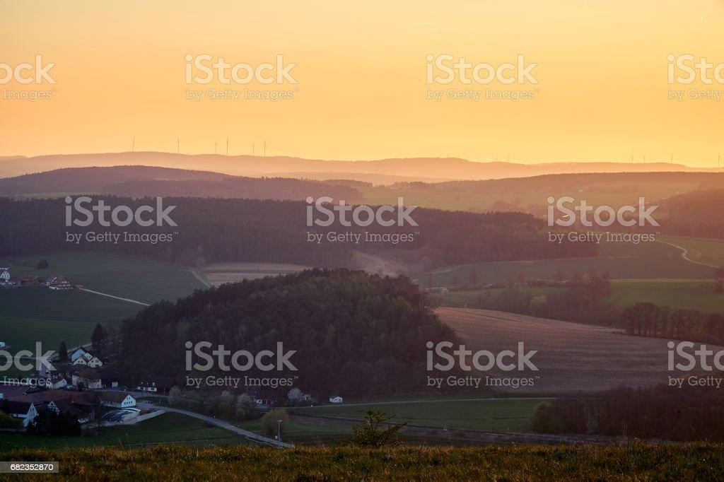 Landschaft in der goldenen Stunde mit Hügeln und Bergen leicht getönt - Bayreuth, Deutschland. – Foto