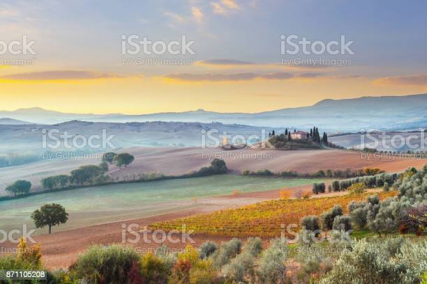Landscape in tuscany italy picture id871105208?b=1&k=6&m=871105208&s=612x612&h=6hopsiwejcbzi3vy6u 8fm3gc uhjmxvup1c3sugqbk=