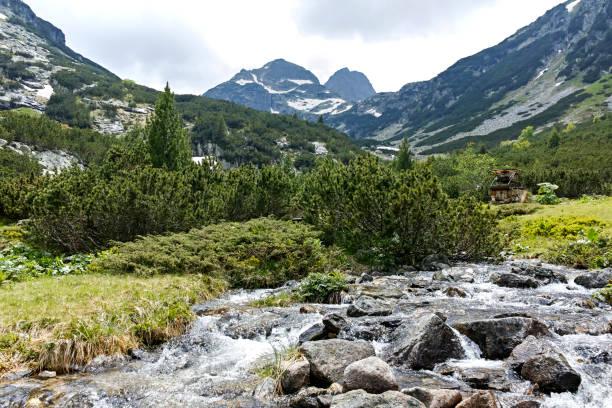 Malyovitsa Zirvesi ve Malyoviska Nehri yakınında peyzaj, Rila Dağı, Bulgaristan stok fotoğrafı