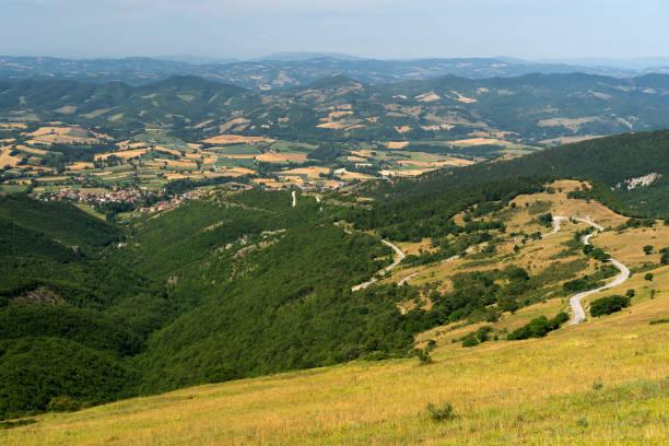 Paisagem perto de Monte Cucco, Marchas e Úmbria, Itália - foto de acervo
