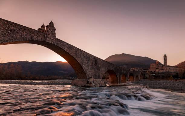 landscape of a medieval bridge - bobbio foto e immagini stock