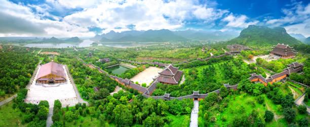 Die Landschaft des Bai Dinh Tempelkomplexes von oben ist einer der größten und größten Tempel Südostasiens in Ninh Binh, Vietnam. – Foto