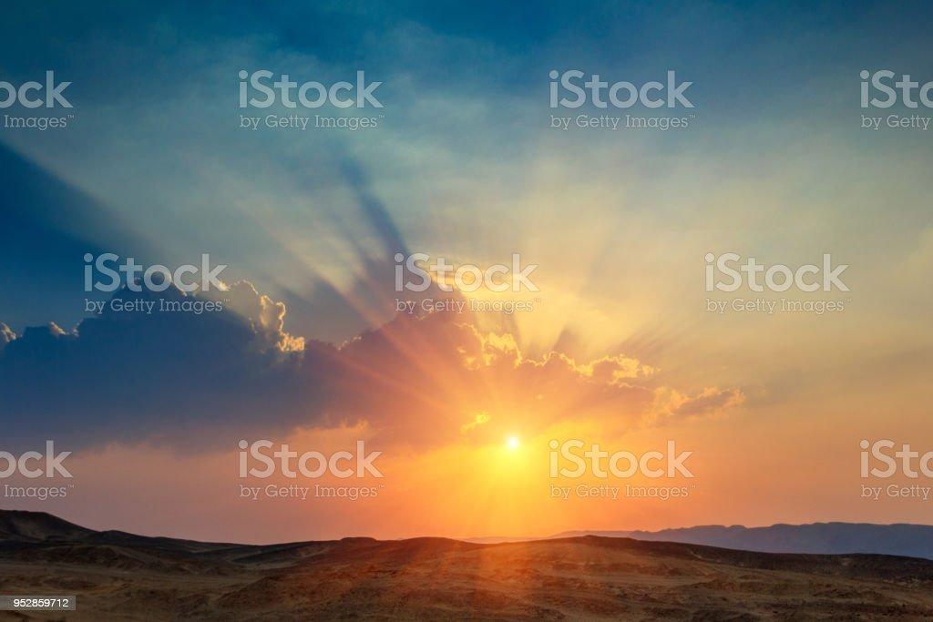 Paisagem do pôr do sol no deserto. Península do Sinai. - foto de acervo