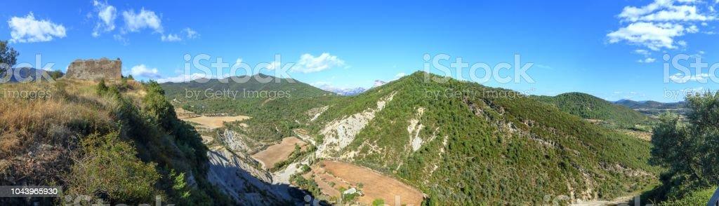 Un paisaje de campos cultivados, densos bosques y montañas como se ve en el castillo del pueblo medieval rural de Boltaña, en el Pirineo Aragonés Español - foto de stock