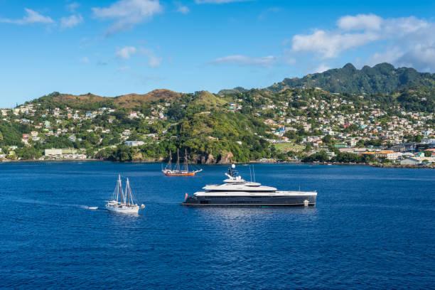 landschaft des hafens von kingstown mit segelschiff und luxus-motoryacht im vordergrund, insel saint vincent - kingstown stock-fotos und bilder