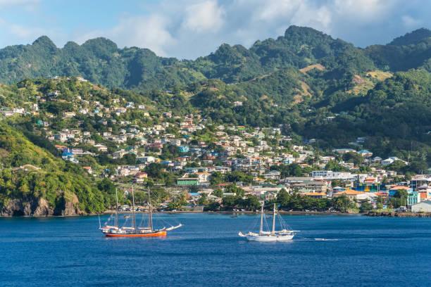 landschaft von kingstown hafen mit segelschiffen im vordergrund, insel saint vincent - kingstown stock-fotos und bilder