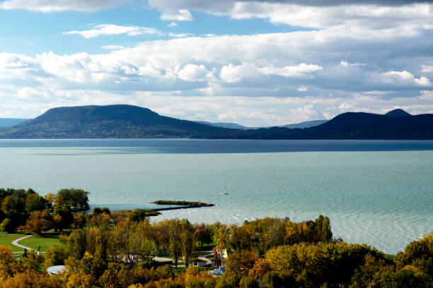 landschaft des lake balaton, ungarn - ungarn stock-fotos und bilder