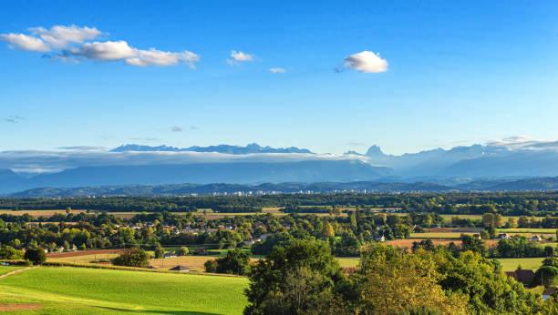 pau şehir manzara, arka planda pireneler dağları - bearn stok fotoğraflar ve resimler