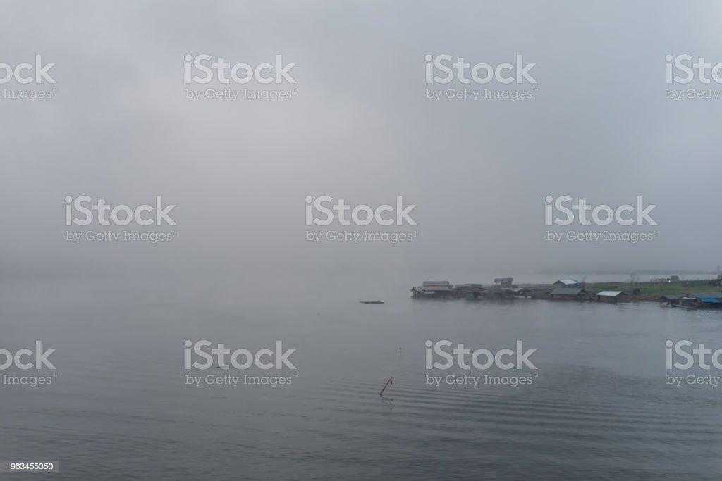 Krajobraz rzeki i łodzi mieszkalnej z poranną mgłą - Zbiór zdjęć royalty-free (Azja)