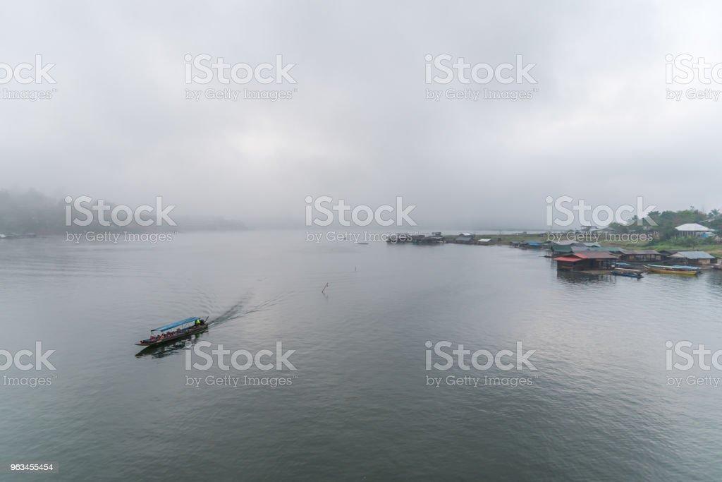 Nehir ve tekne-evi sabah sis ile peyzaj - Royalty-free Ahşap Stok görsel