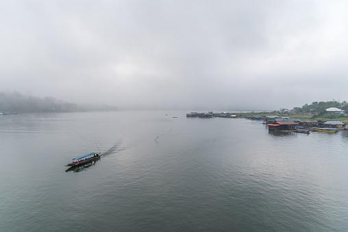 Nehir Ve Tekneevi Sabah Sis Ile Peyzaj Stok Fotoğraflar & Ahşap'nin Daha Fazla Resimleri
