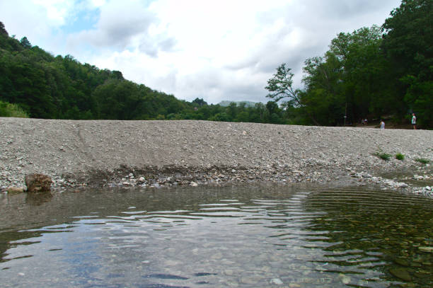 paisaje del río con agua y piedras sumergidas - foto de stock
