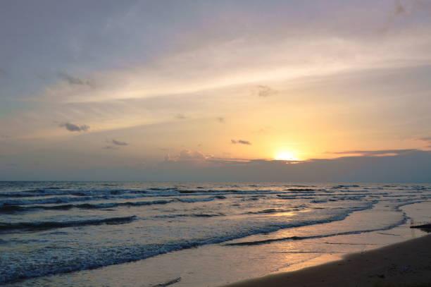 landschaft des meeres am strand im sonnenuntergang - roll tide stock-fotos und bilder