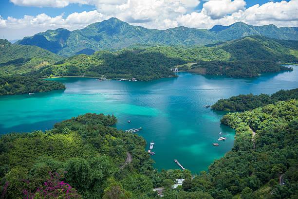 landschaft des sonne-mond-see - insel taiwan stock-fotos und bilder