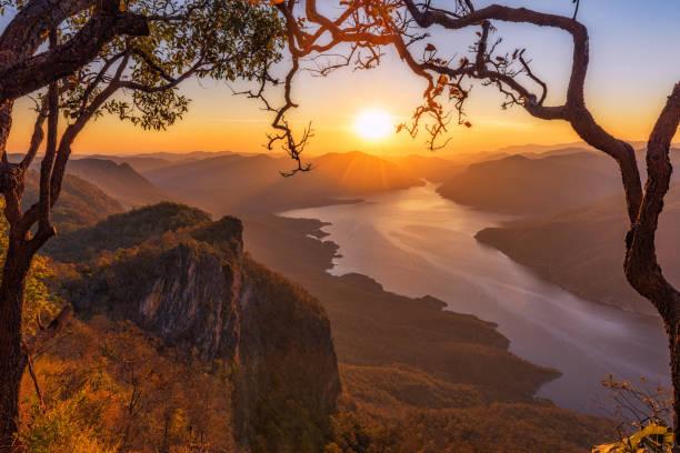 landschaft der sonnenaufgang am berg pha daeng luang am mae ping national park. - sambia stock-fotos und bilder