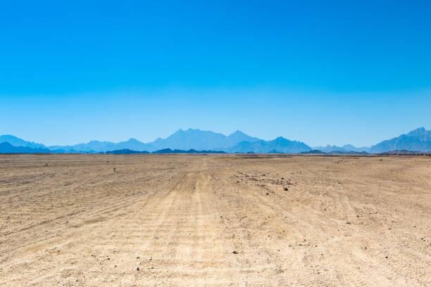 landschaft der arabischen wüste - afrikanische steppe dürre stock-fotos und bilder