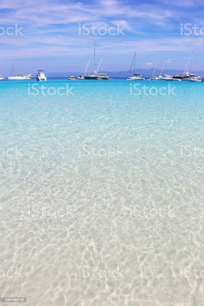 paisagem da praia do mar turquesa transparente de Voutoumi Antipaxos Grécia - foto de acervo