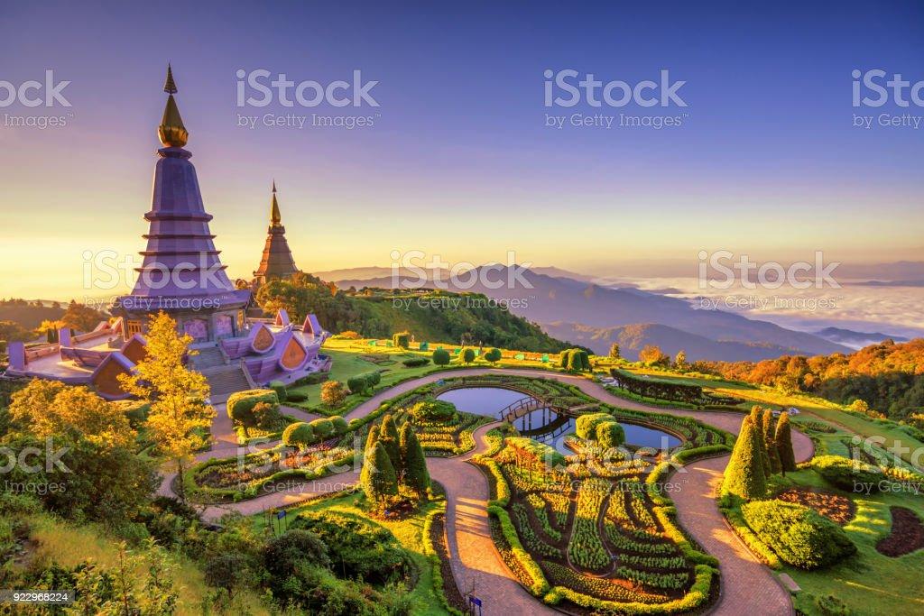 Paisaje de dos pagoda (stupa de siri de noppha methanidon-noppha phon phum) en una montaña de Inthanon, chiang mai, Tailandia - foto de stock