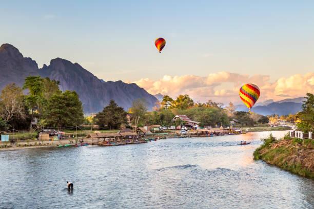 landschaft der stadt vang vieng, laos - vang vieng stock-fotos und bilder