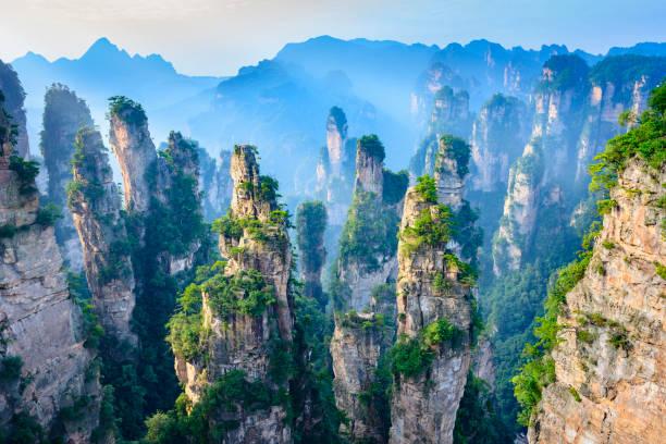 landschaft der zhangjiajie - fußgängerzone stock-fotos und bilder