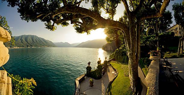 landscape: panoramic view of como lake from varenna italy - como italië stockfoto's en -beelden