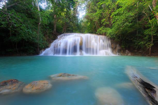 Landschaftsfoto, Erawan Wasserfall, Wasserfall im Regenwald in Kanchanaburi, Thailand. – Foto