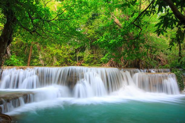 Landschaftsfoto, Mae Kamin Waterfall, schönen Wasserfall im Regenwald in Kanchanaburi, Thailand. – Foto